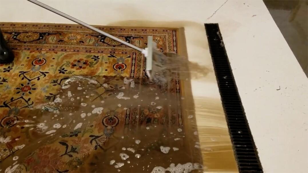 Satysfakcjonujące pranie dywanów. Te nagrania można oglądać w kółko