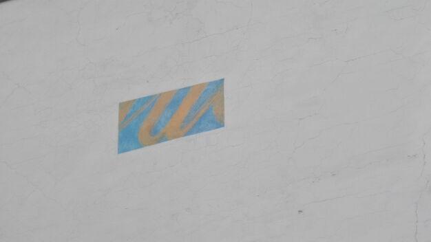 Zamalowany praski mural wyłania się spod farby