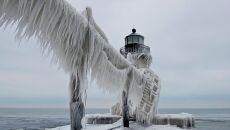 Zamarznięta latarnia morska nad jeziorem Michigan