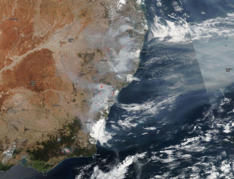Zdjęcie satelitarne. Czerwone kropki oznaczają aktywne pożary w Australii (NASA Worldview)