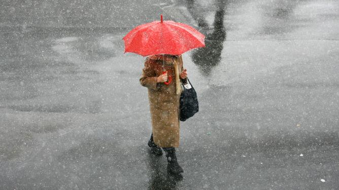 Prognoza pogody na dziś: w wielu regionach popada deszcz ze śniegiem