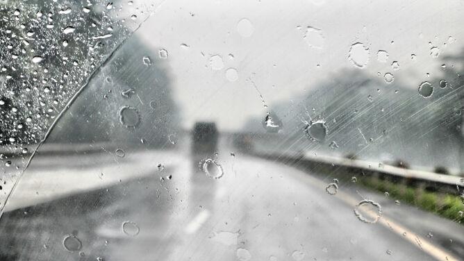 Pogodowe utrudnienia na drogach w całym kraju